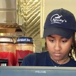 Η 15χρονη κόρη του Ομπάμα δουλεύει σε εστιατόριο με συνοδεία αντρών ασφαλείας