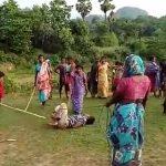 Δείτε πως τιμωρούν οι μαμάδες έναν παιδεραστή στην Ινδία